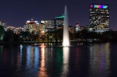 Hermann Park-fontein bij nacht met Texas Medical Center als achtergrond stock afbeelding