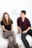 Hermano adolescente y hermana que se relajan en casa Foto de archivo libre de regalías
