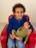 Hermano africano feliz con el bebé imagenes de archivo
