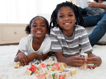 Hermano africano y hermana que juegan con los cubos Imagenes de archivo