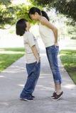 Hermano asiático y hermana que miran uno a Foto de archivo