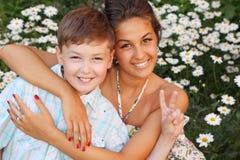 Hermano del abrazo de la hermana en parque Foto de archivo