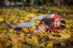 Hermano feliz y hermana que juegan en el parque Foto de archivo libre de regalías