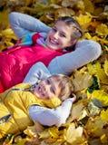 Hermano feliz y hermana que juegan en el parque Fotos de archivo libres de regalías