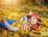Hermano feliz y hermana que juegan en el parque Imagen de archivo libre de regalías