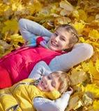 Hermano feliz y hermana que juegan en el parque Fotografía de archivo libre de regalías