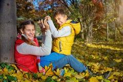 Hermano feliz y hermana que juegan en el parque Imagen de archivo