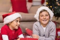 Hermano feliz y hermana que mienten en la cubierta Fotos de archivo libres de regalías