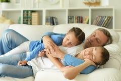 Hermano, hermana y padre durmientes en sitio Imágenes de archivo libres de regalías