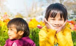 Hermano japonés en jardín de flores Fotografía de archivo libre de regalías