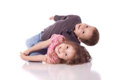 Pequeño hermano y hermana lindos Foto de archivo libre de regalías