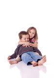 Pequeño hermano y hermana lindos Foto de archivo