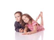 Pequeño hermano y hermana lindos Imagenes de archivo