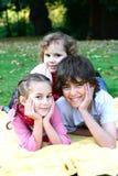 Hermano muy feliz y hermanas al aire libre Fotos de archivo libres de regalías