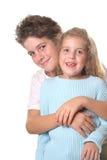 Hermano que abraza vertical de la hermana Imagenes de archivo