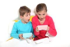 Hermano que juega a los juegos video Foto de archivo libre de regalías