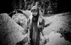 Hermano que lleva de la hermana diario para jugar en las montañas foto de archivo libre de regalías