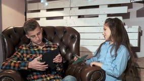 Hermano que perturba de una hermana más joven para practicar surf Internet almacen de metraje de vídeo