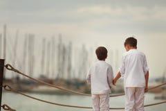 Hermano similar dos que se coloca en la costa, Fotografía de archivo libre de regalías