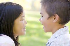 Hermano y hermana al aire libre Fotos de archivo libres de regalías