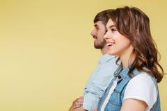 Hermano y hermana alegres sobre fondo amarillo Fotografía de archivo