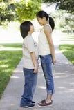 Hermano y hermana asiáticos en parque Foto de archivo