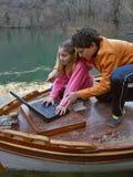 Hermano y hermana con la computadora portátil Imagenes de archivo