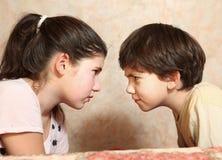 Hermano y hermana de los pares de los hermanos que pelean Foto de archivo libre de regalías