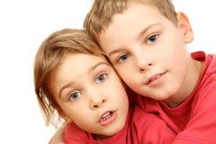 Hermano y hermana en el abarcamiento rosado de las camisas Fotografía de archivo