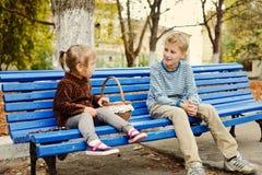 Hermano y hermana en el parque foto de archivo