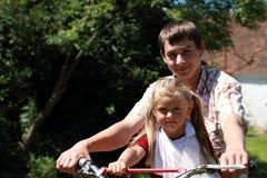 Hermano y hermana en una moto Imagen de archivo libre de regalías