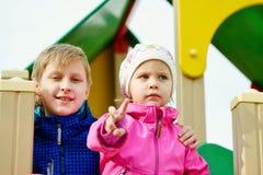 Hermano y hermana felices Imágenes de archivo libres de regalías