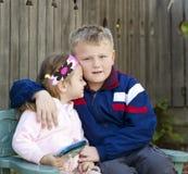 Hermano y hermana que abrazan Foto de archivo