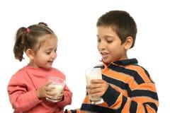 Hermano y hermana que beben el MI Foto de archivo libre de regalías