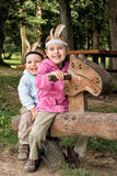 Hermano y hermana que juegan en el oscilación Imagen de archivo