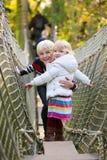 Hermano y hermana que juegan en el parque Fotografía de archivo
