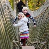 Hermano y hermana que juegan en el parque Foto de archivo