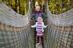 Hermano y hermana que juegan en el parque Foto de archivo libre de regalías