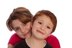 Hermano y hermana que presentan para un cuadro Fotos de archivo libres de regalías