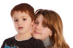 Hermano y hermana que presentan para un cuadro Foto de archivo