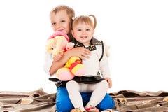 Hermano y hermana que se sientan en el suelo Imágenes de archivo libres de regalías