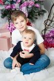 Hermanos con el árbol de navidad imagenes de archivo