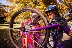 Hermanos concentrados que reparan la bici de montaña Fotos de archivo