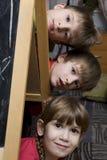 Hermanos de gemelos felices con la hermana Foto de archivo