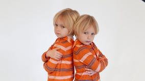 Hermanos de gemelos que se colocan de nuevo a la parte posterior metrajes