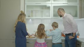 Hermanos de la enseñanza del padre para preparar la tortilla en cocina almacen de video