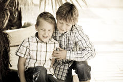 Hermanos de risa Fotos de archivo