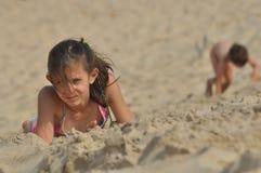 Hermanos del muchacho y de la muchacha en las dunas La arena en el desierto en el parque nacional de Slowinski, turismo Imagen de archivo