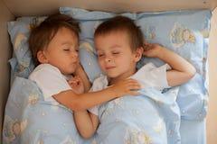 Hermanos, durmiendo por la tarde Imágenes de archivo libres de regalías