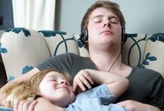 Hermanos durmientes de relajación de la familia Imagenes de archivo